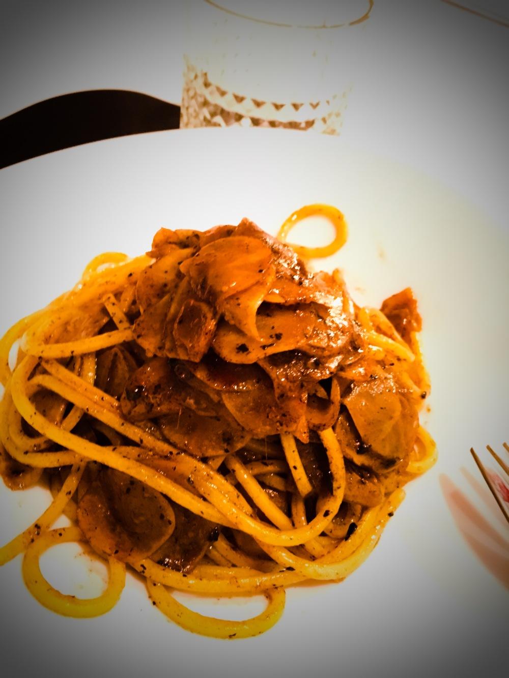 spaghetti_topinambur_alici_aglio_nero